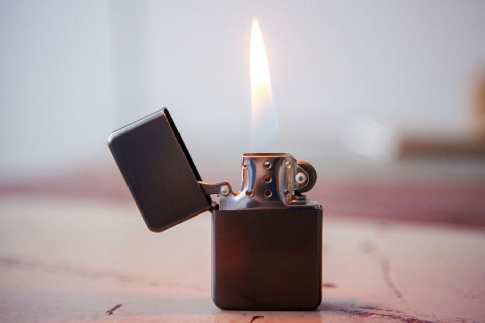Ein Feuerzeug sollte die Beamten einschüchtern und zur Zulassung der Feier führen (Symbolbild).