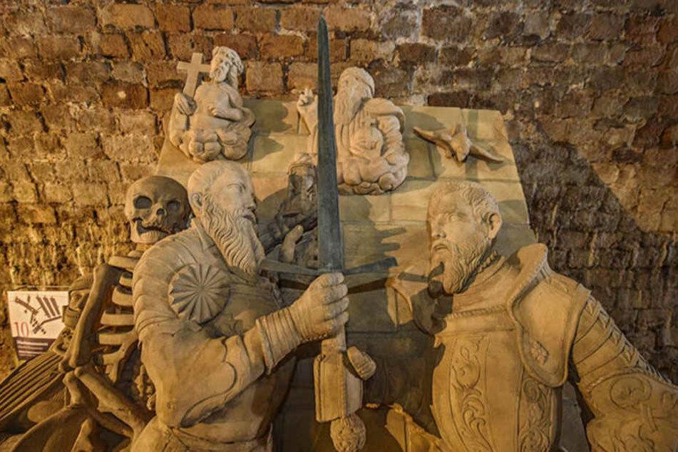 In Stein gemeißelt: Festungsinitiator Kurfürst Moritz - hier vom Tod  gezeichnet - übergibt seinem bruder August das Kurschwert.