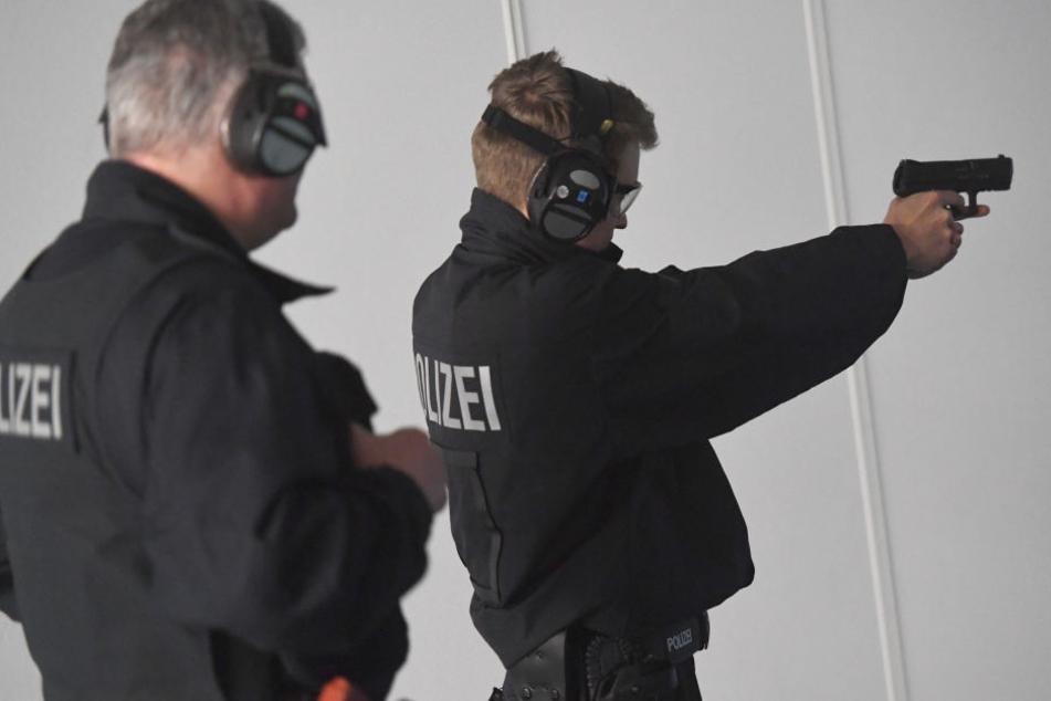 Viele Berliner Polizisten haben viel zu selten die Möglichkeit zum Schießtraining (Symbolbild).