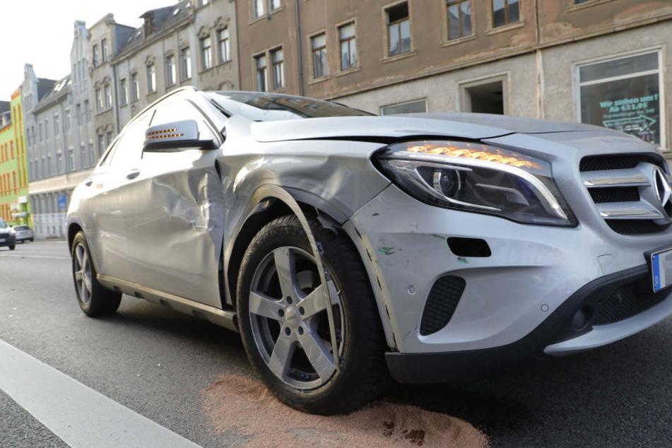 Der Mercedes wurde bei dem Unfall auf der Beifahrerseite beschädigt.