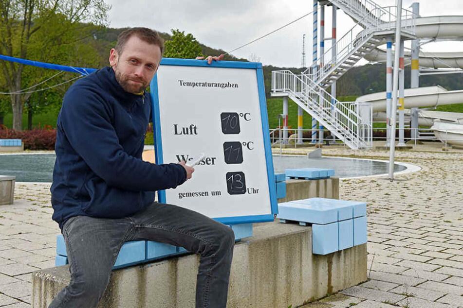 Badleiter Mathias Pilz (32) mit den aktuellen Temperaturen: 11 Grad sind wenig einladend.