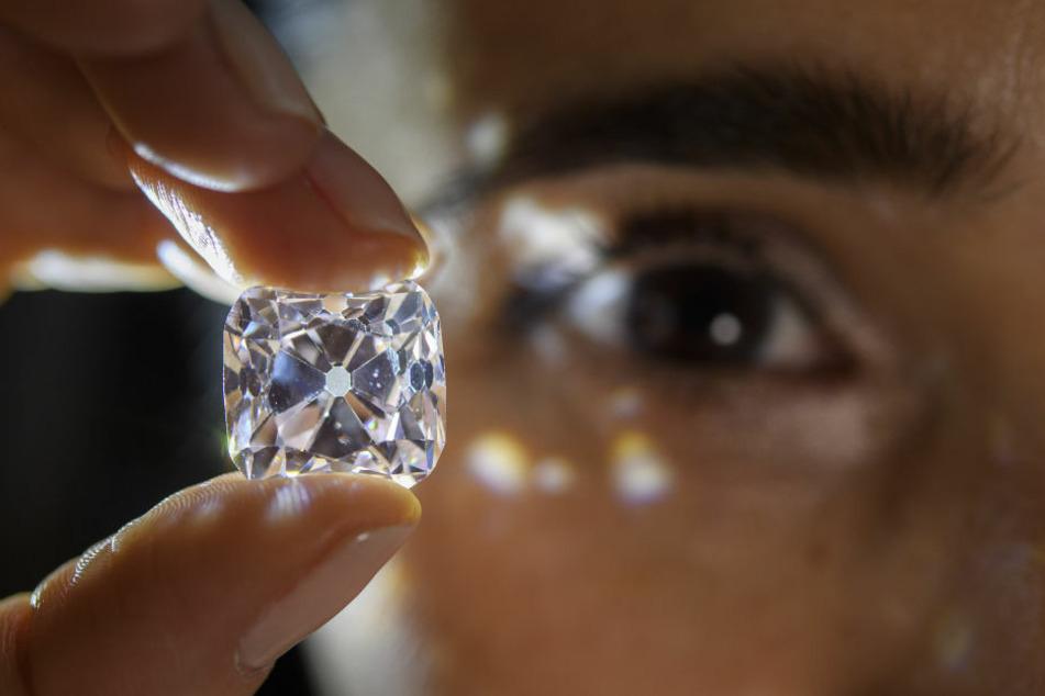 """Eine Angestellte des Juweliers schöpfte noch Verdacht, fand bei einer Kontrolle aber keine Diamanten bei """"Anna"""". (Symbolbild)"""