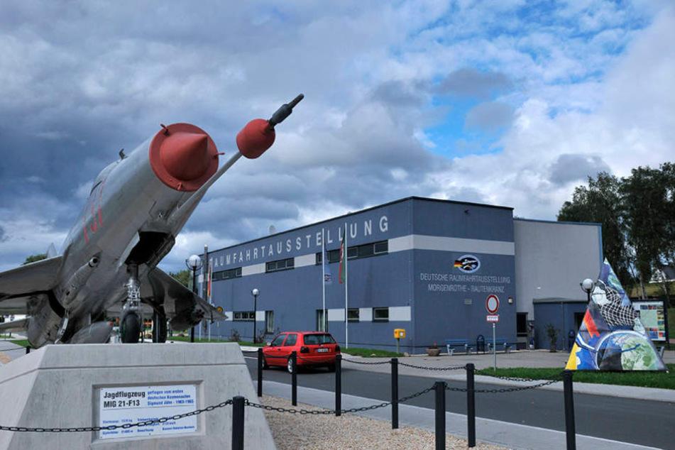 Vor dem Raumfahrt-Museum steht ein Jagdflugzeug des Typs MiG 21-F13. Sigmund  Jähn flog es einstmals.