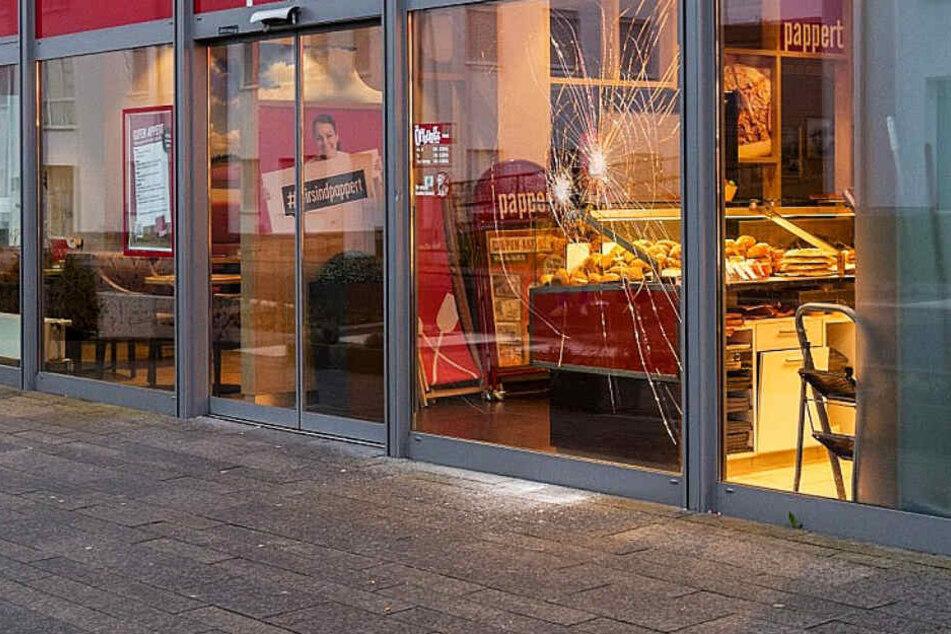 Die Schäden in dem Fenster der Bäckerei stammen von Steinwürfen des später erschossenen Asylbewerbers.