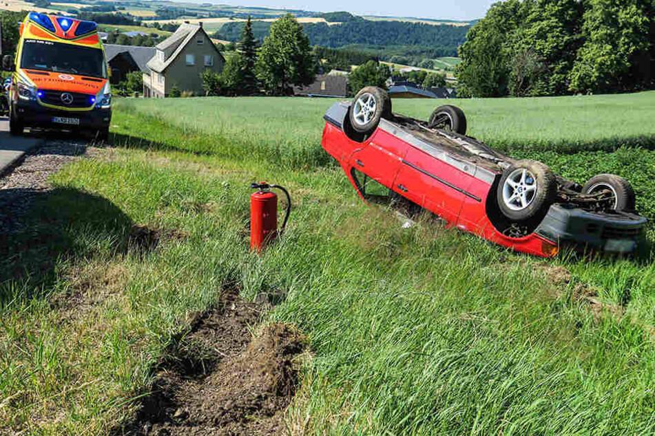 Der BMW landete auf dem Dach in einem Feld.