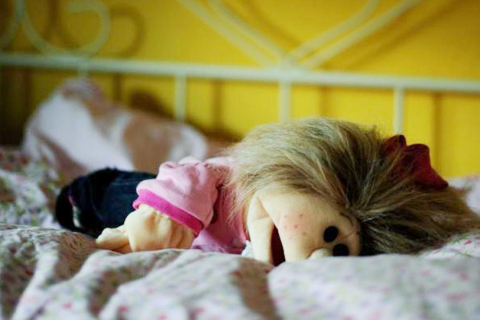 Der Bruder, der Onkel und ein Nachbar sollen das Mädchen 135 Mal missbraucht haben. (Symbolbild)
