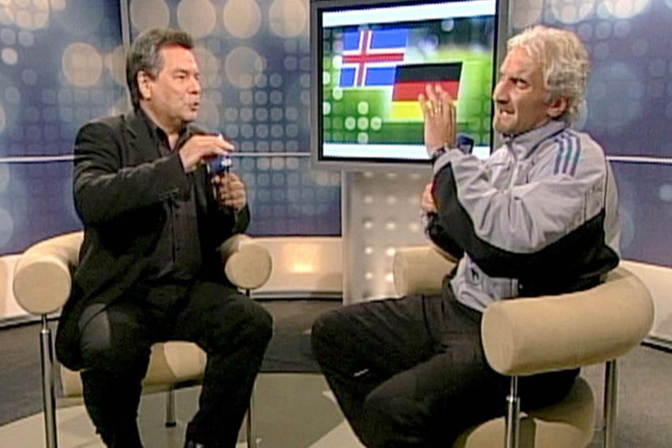 Das vom Video abgenommene Bild zeigt den damaligen Teamchef der deutschen Fußball-Nationalmannschaft, Rudi Völler (r), im Gespräch mit Moderator Waldemar Hartmann (l).