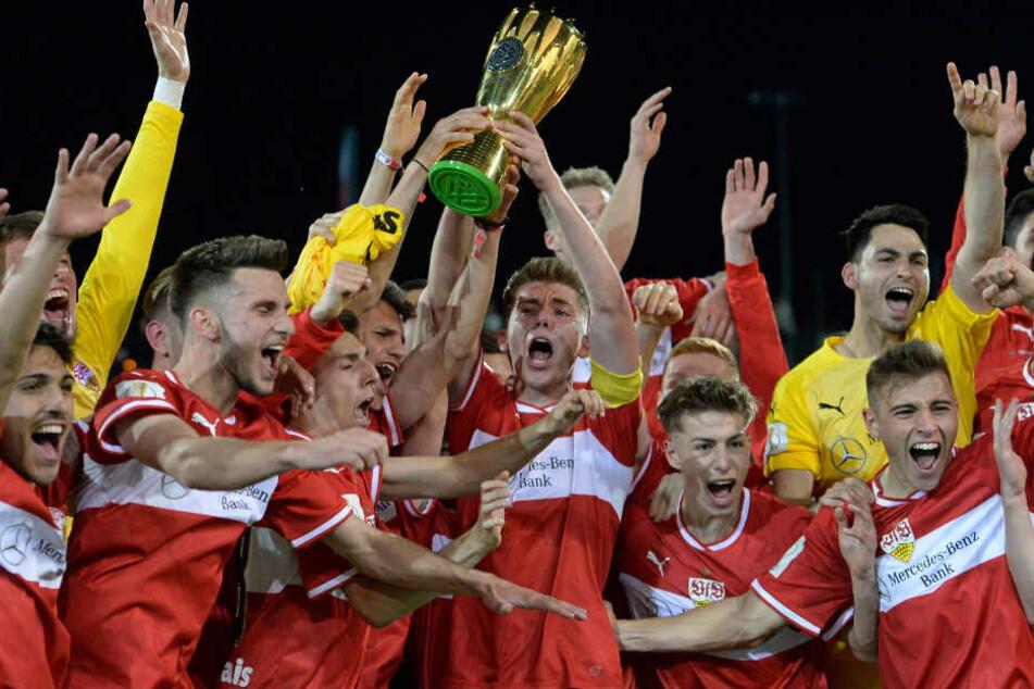 Mai 2019, U19-DFB-Vereinspokal: Kapitän Luca Mack (M) von Stuttgart reckt den Pokal in die Höhe.