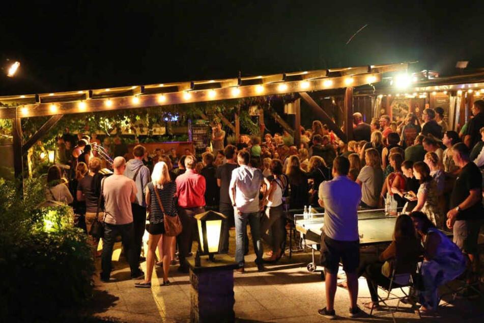 Nach der Arbeit in die Saloppe - im Sommer drängeln sich die Gäste um die kleine Bühne.
