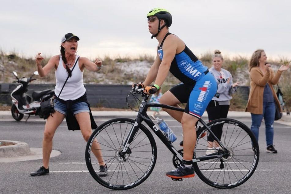 Nach Angaben der Veranstalter hat der 21 Jahre alte Amerikaner als erster Sportler mit Down-Syndrom einen Ironman absolviert.
