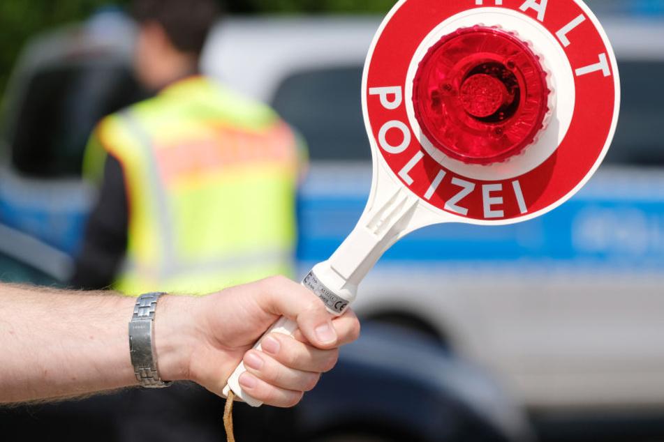 Mit 140 km/h durch die Stadt: Weißer Mercedes flüchtet vor Polizei!