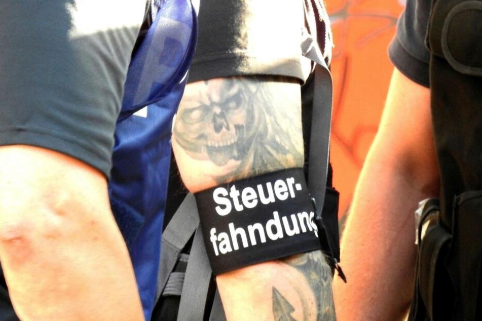Rund 450 Beamte von Steuerfahndung, Zoll und LKA klopften am Mittwoch in den Geschäftsräumen zweier Leipziger Sicherheitsunternehmen an.
