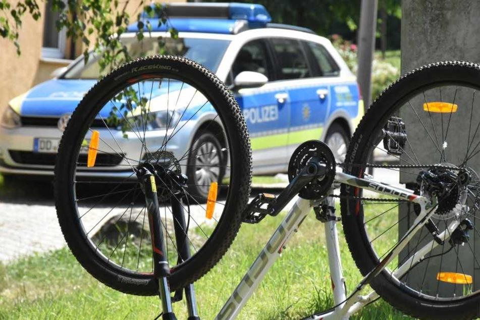 Zwei Radfahrer stürzten am Dienstag, nun sucht die Polizei Zeugen. (Symbolbild)