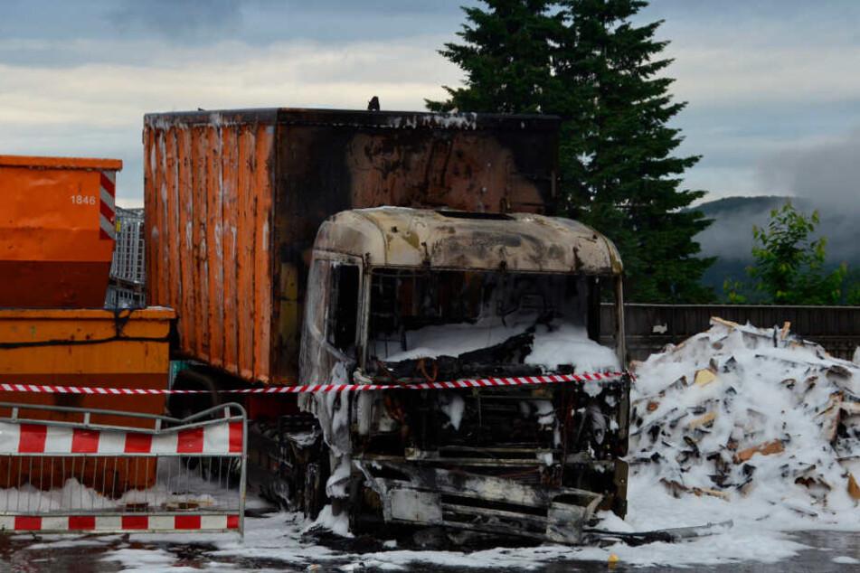 Der völlig ausgebrannte Lkw.