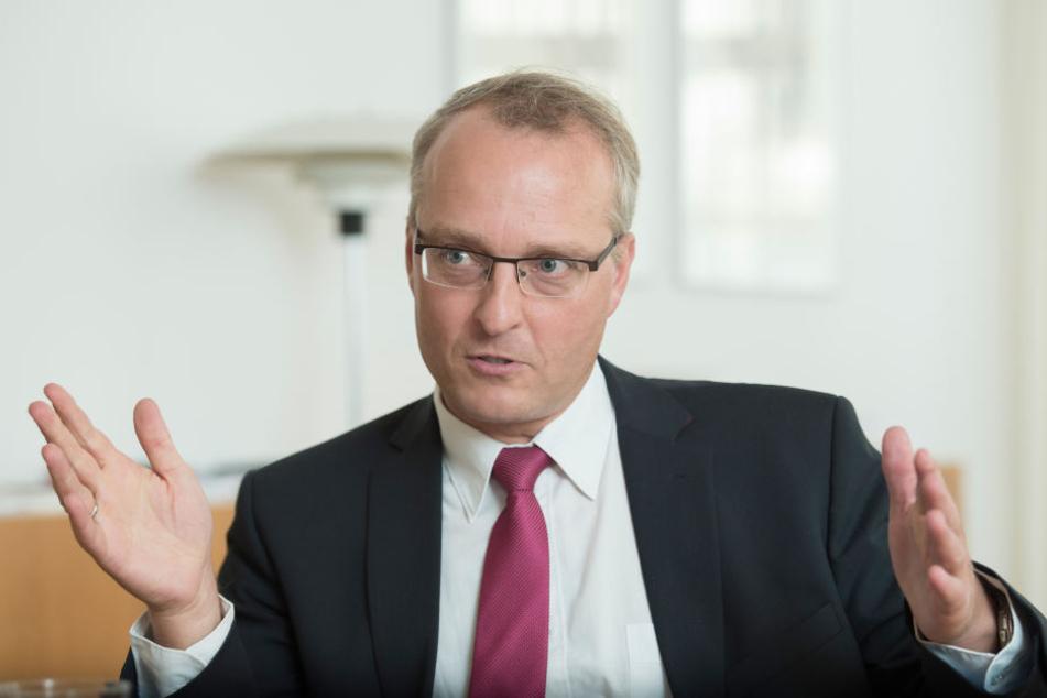 Landesbischof Carsten Rentzing  (49) will sich vor Ort in die Debatte einschalten.