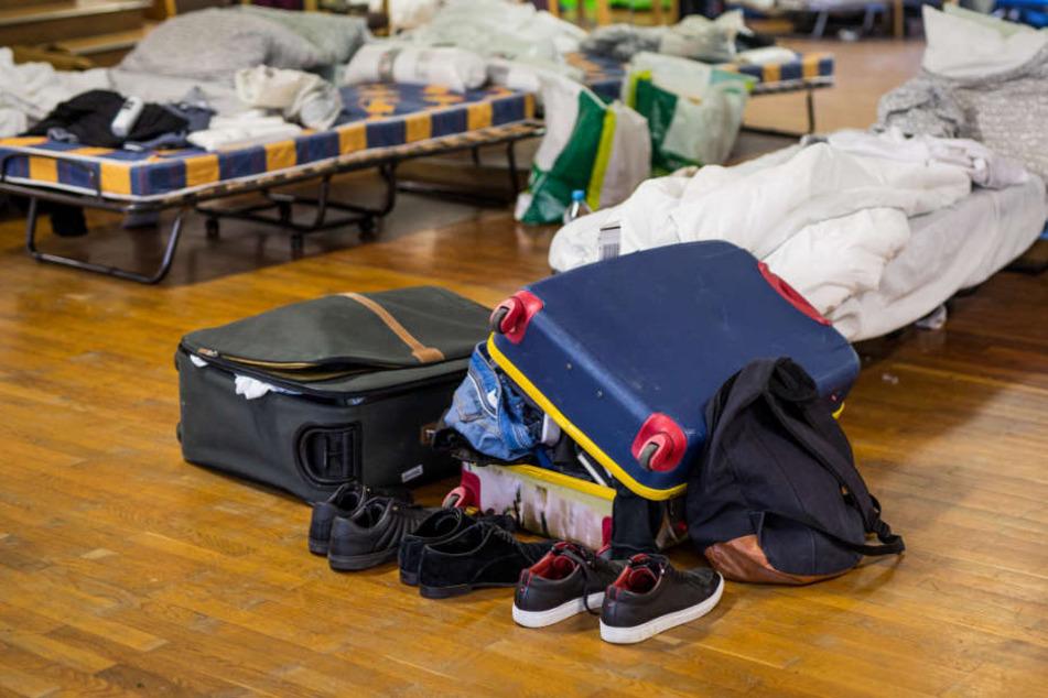 Zwei Reisekoffer eines Studenten in einer Notunterkunft für Studenten in Stuttgart.