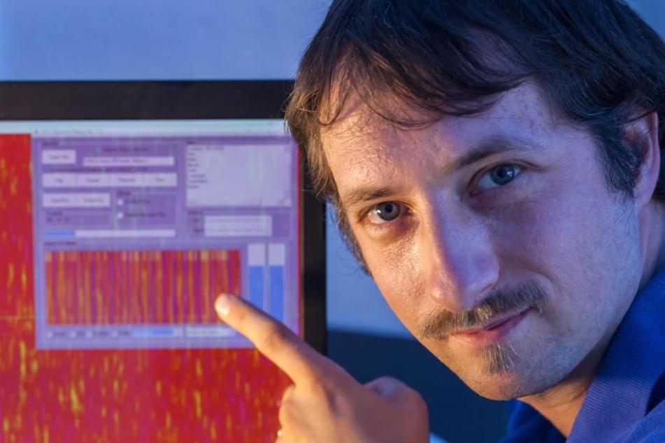 Robert Klapper registriert an seinem Rechner außerirdische Funksignale.