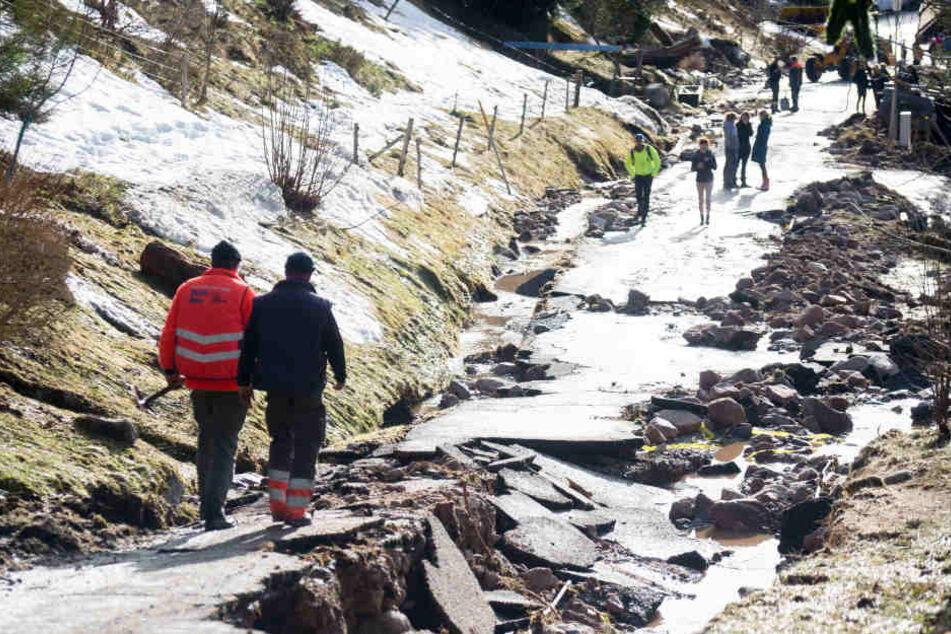 Ein nächtliches Hochwasser hat diese Straße in St. Blasiens Stadtteil Menzenschwand unterspült.