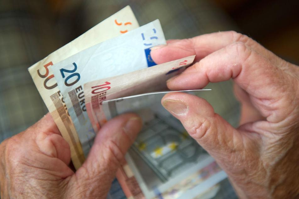 Wie geht es mit dem Geld von Millionen Rentnern über das Jahr 2025 hinaus weiter? (Symbolbild)