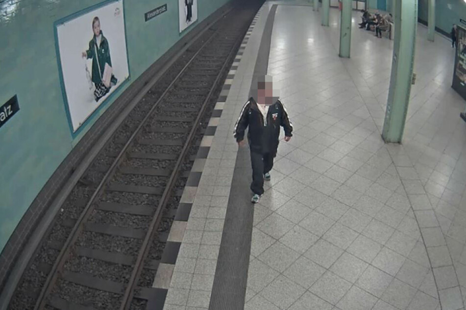 Der Tatverdächtige läuft auf dem U-Bahnhof Alexanderplatz entlang.