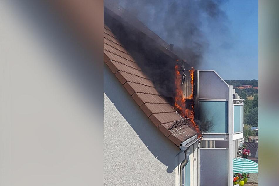 Aus dem Dachgeschoss schlugen zwischenzeitlich sogar Flammen.