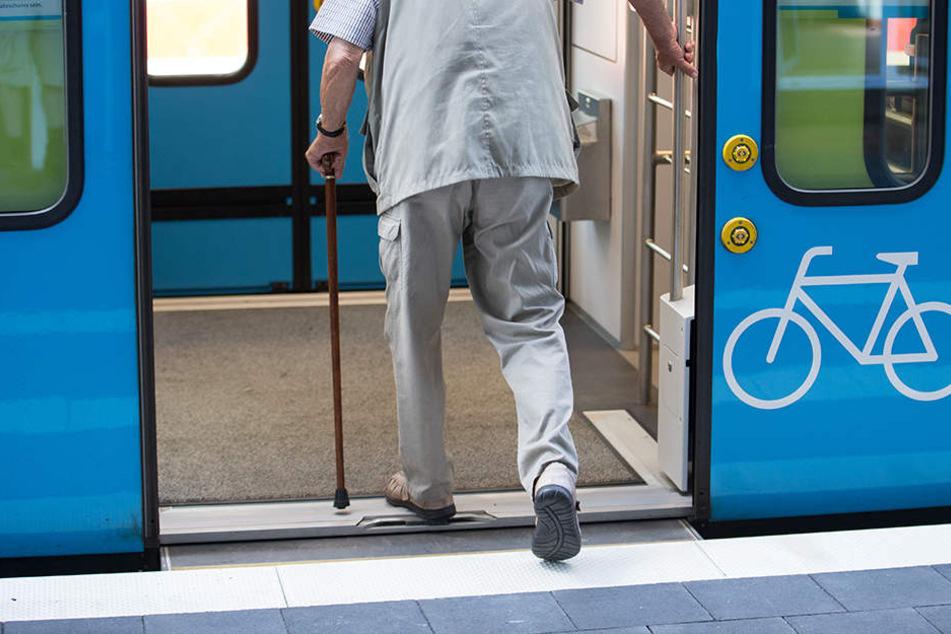 Schwächeanfall! Mann fällt zwischen Zug und Bahnsteig