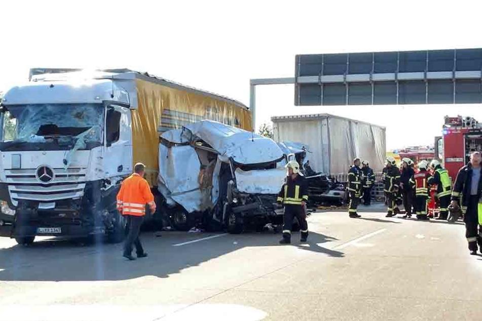 Ein Transporter, der sich zwischen den Sattelzügen befand, wurde völlig zerquetscht.