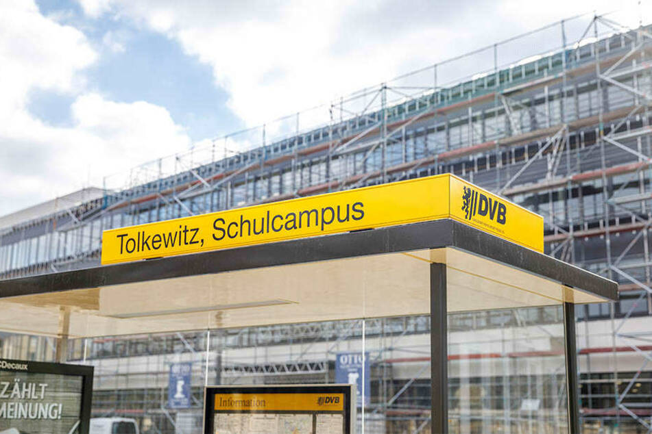 """Die neue Haltestelle heißt """"Tolkewitz Schulzentrum"""" (so auch die Ansage in der Bahn). Das Wartehäuschen trägt schon den künftigen Namen """"Tolkewitz Schulcampus""""."""