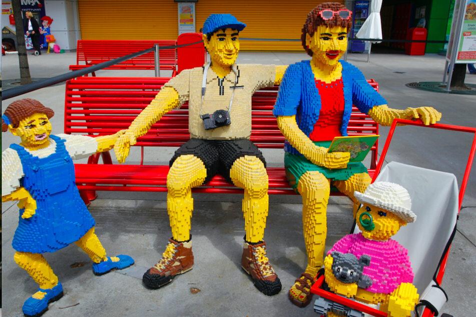 Eine Familie aus Legosteinen ist im Legoland Günzburg aufgebaut.