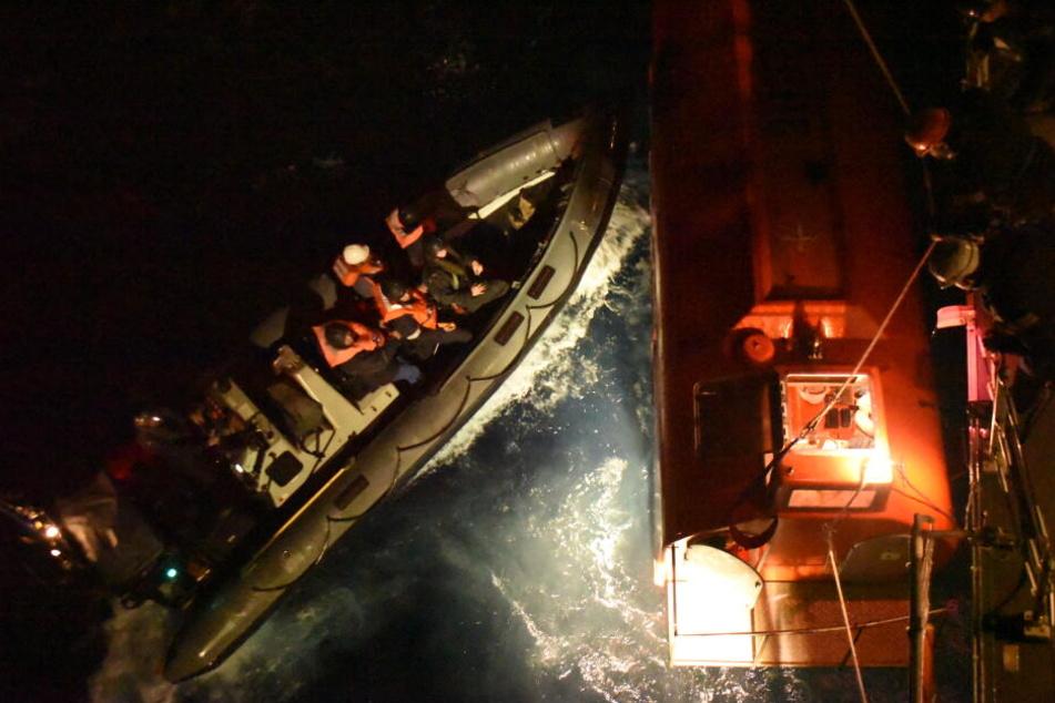 """27 Menschen konnten von der Crew des britischen Kriegsschiff """"HMS Argyll"""" gerettet werden."""