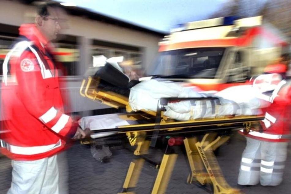 Der Mann wurde mit schweren Verletzungen in ein Krankenhaus gebracht. (Symbolbild)