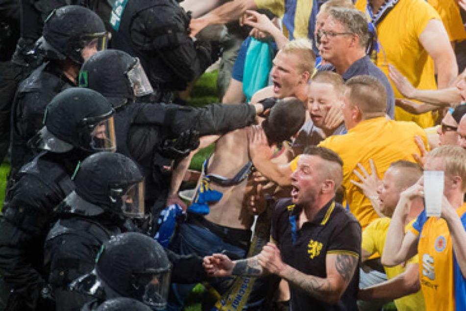 Ausschreitungen bei Relegation: Wolfsburg-Spieler müssen sich in Kabine verstecken