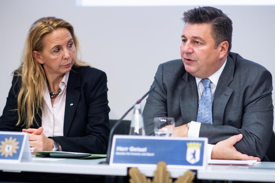 Polizeipräsidentin Barbara Slowik (l.) und Andreas Geisel (r.,SPD), Berliner Innensenator, äußern sich bei einer Pressekonferenz im Polizeipräsidium zur Verkehrssicherheit in Berlin.