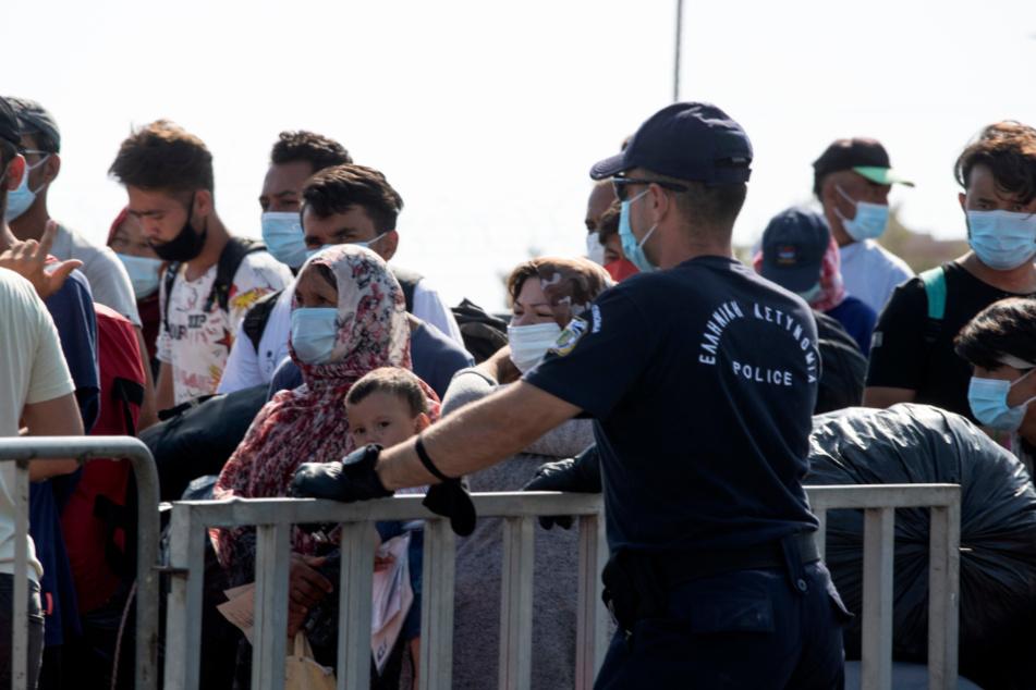 Polizei bringt Migranten in großen Gruppen ins neue Lesbos-Lager