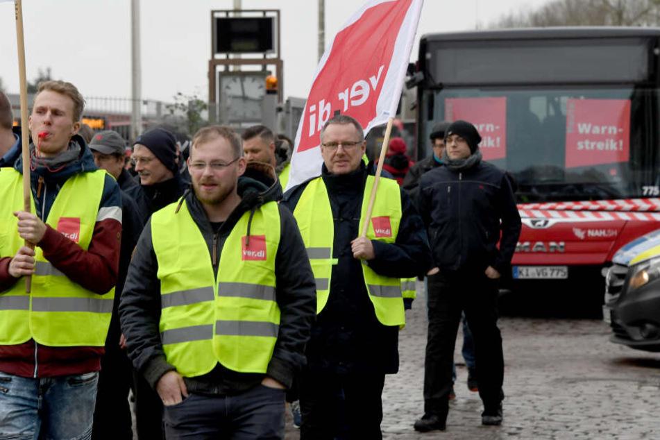 Schüler stehen weiter im Regen: Busfahrer demonstrieren in Kiel
