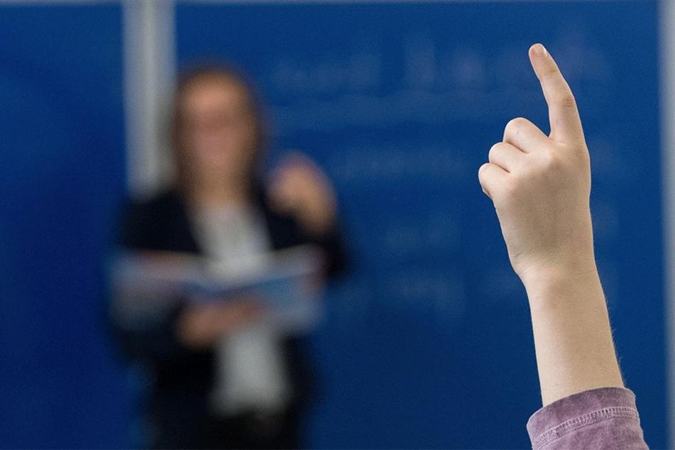 Sie soll fleißig sein: Eine Zehnjährige wird alleine weiter unterrichtet (Symbolbild).