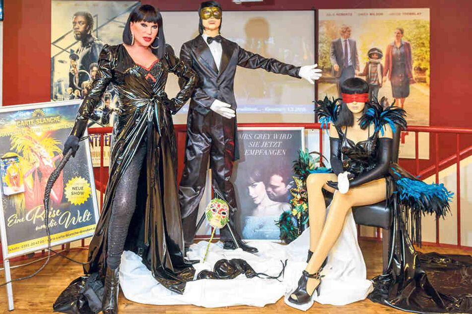 """Im Foyer des Rundkinos zeigt Zora Lack- und Lederkostüme a la """"Fifty Shades of Grey"""". Die Theaterchefin hüllt sich selbst in einen Lackmantel und schwingt die Peitsche."""