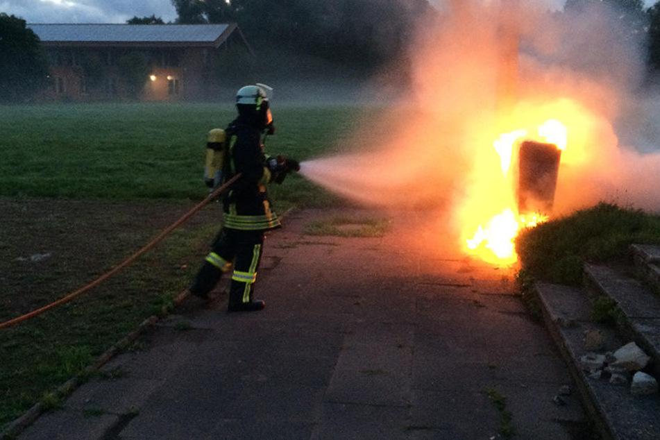 Ein Feuerwehrmann hat den brennenden Stromkasten gelöscht.