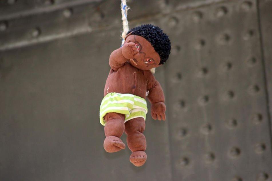 Die Puppe hing einen ganzen Tag an der Brücke.