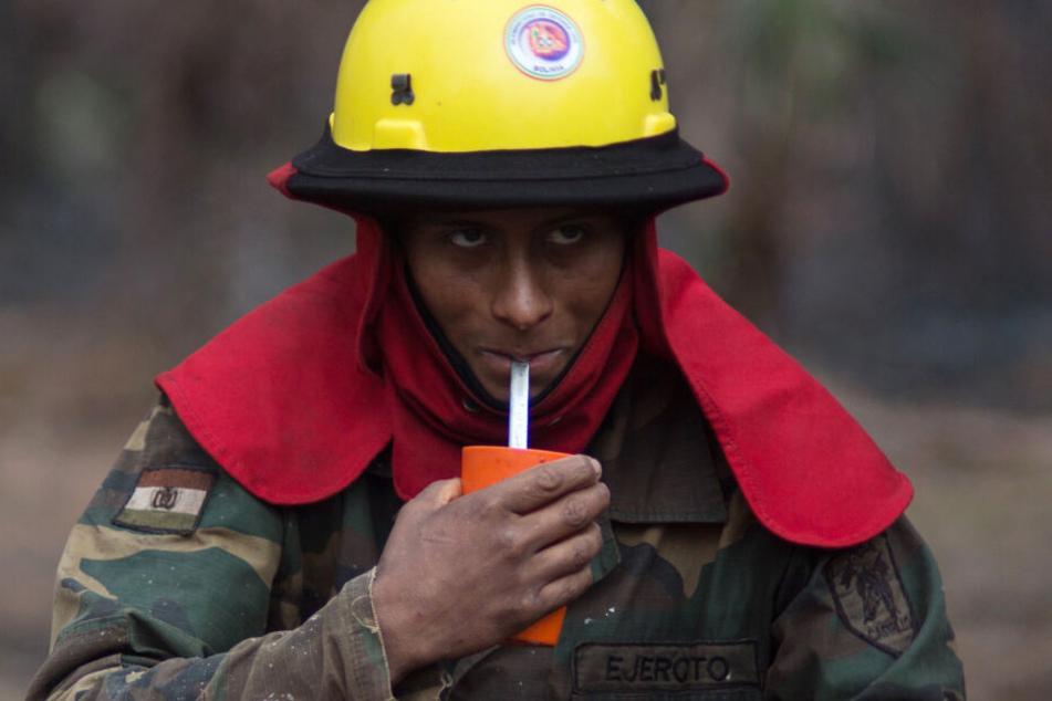 Ein Feuerwehrmann trinkt Wasser während seines Einsatzes im Amazonasgebiet.
