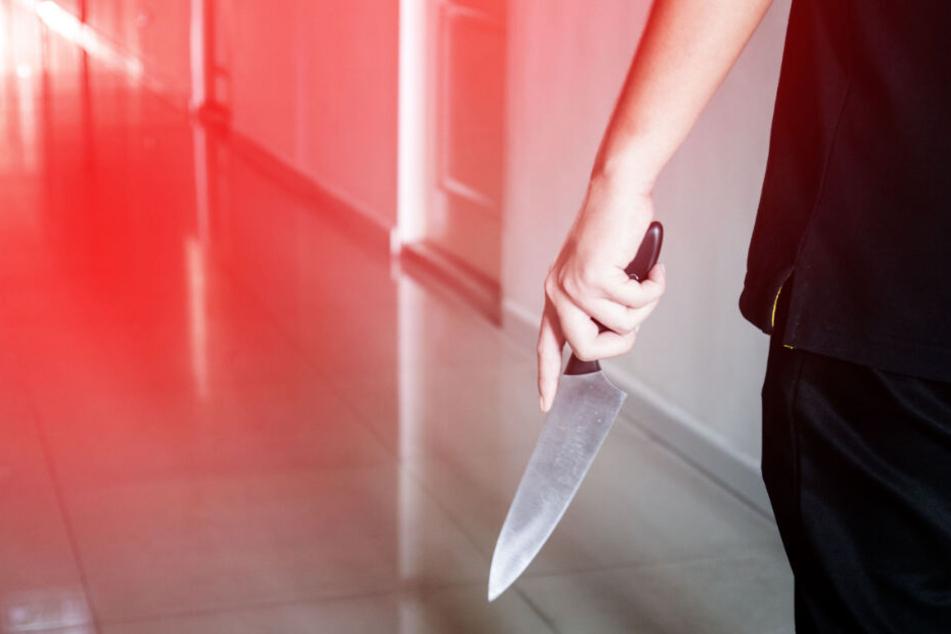 Mann rastet auf eigener Party komplett aus, bedroht Gäste, dann wird ein Messer gezogen