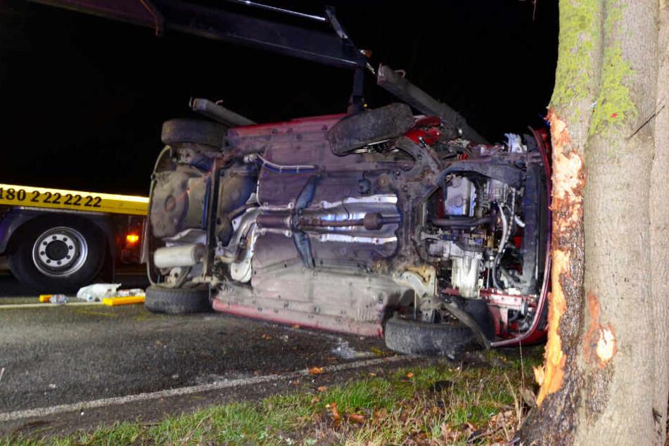 Der Wagen schleuderte nach dem Crash auf die Straße zurück, blieb auf der Seite liegen.