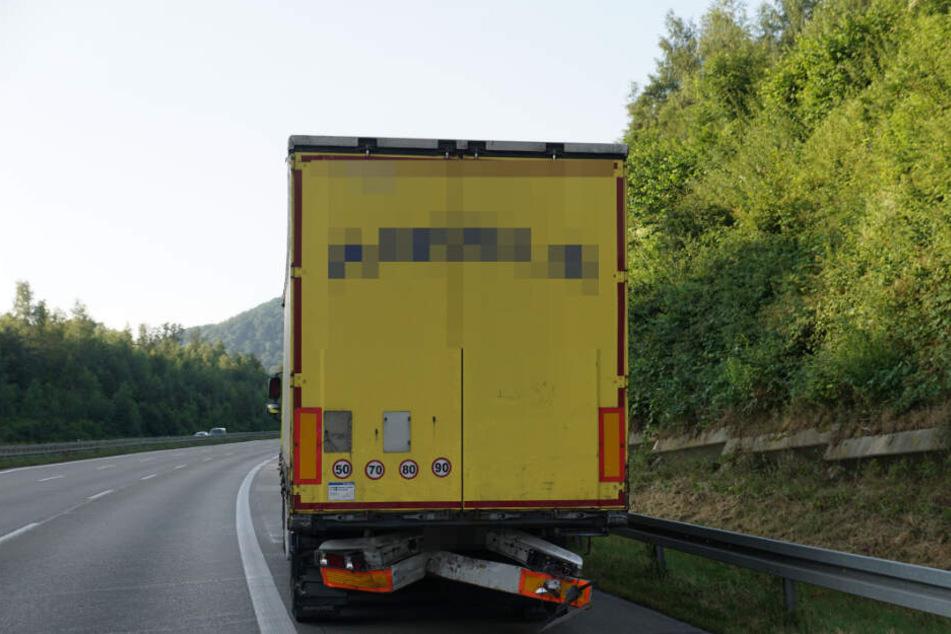 Der Lkw steht mit ramponiertem Heck auf dem Standstreifen.