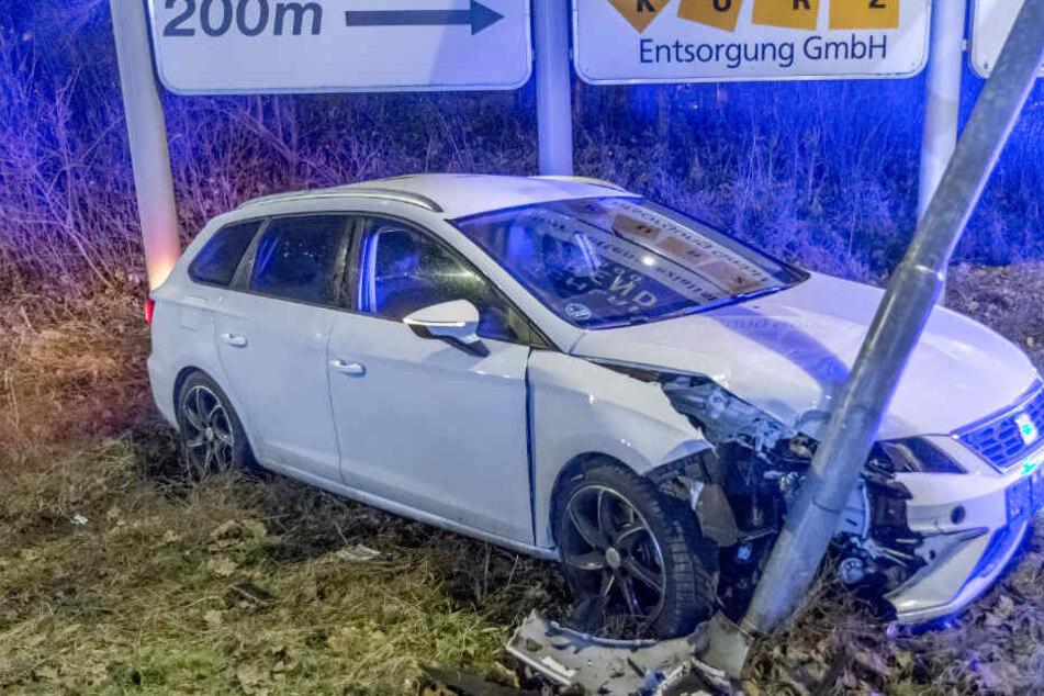 Autofahrer rast um Kurve, schanzt über Verkehrsinsel und kracht in Laterne
