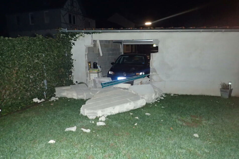 Der VW durchbrach die Garagenrückwand.
