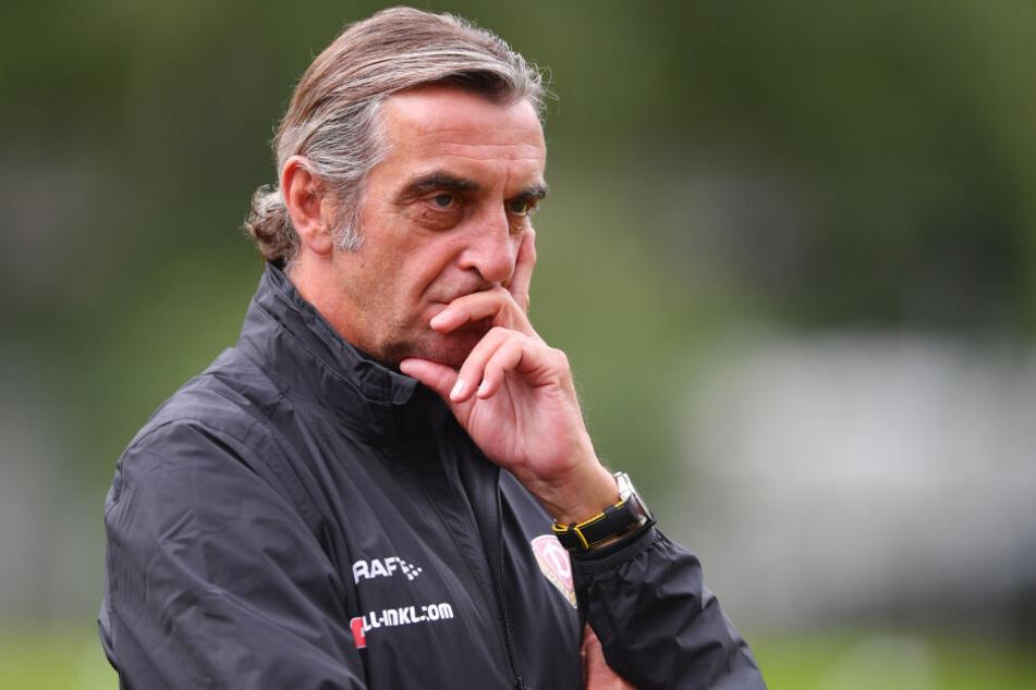 Dynamos Sportdirektor Ralf Minge verfolgt im Camp aufmerksam das Geschehen.
