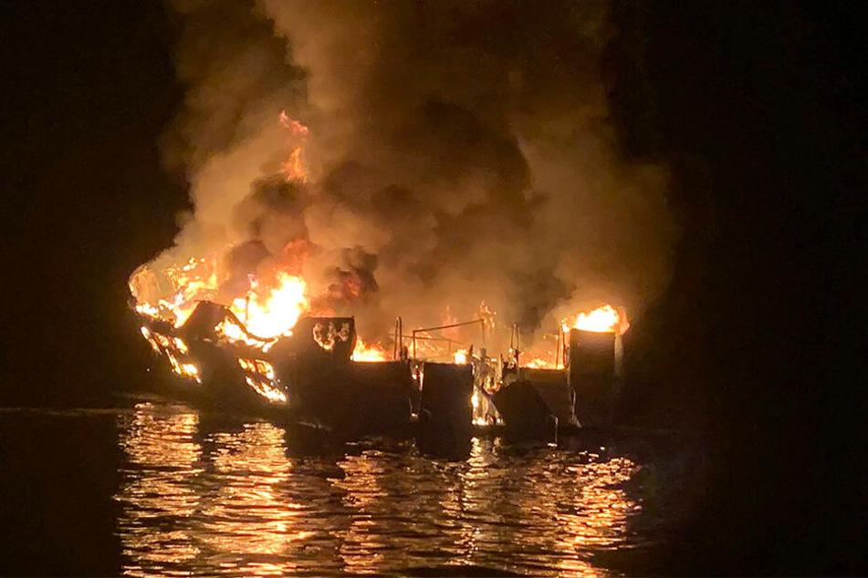Auf diesem Foto, das von der Santa Barbara County Fire Department zur Verfügung gestellt wird, geht ein Tauchboot in Flammen auf, nachdem ein Feuer an Bord des Ausflugsschiffes ausgebrochen ist.