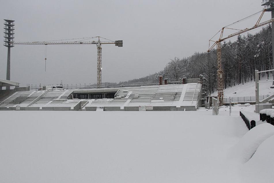 Auf der Haupttribüne fehlt noch die letzte Etage. Ist die fertig, soll Ende März das Dach montiert werden.