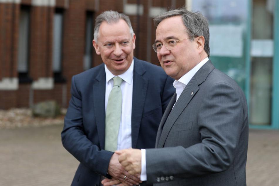 Armin Laschet (r, CDU), Ministerpräsident von Nordrhein-Westfalen, und Stephan Pusch, Landrat des Kreises Heinsberg, verabschieden sich nach einem Gespräch.