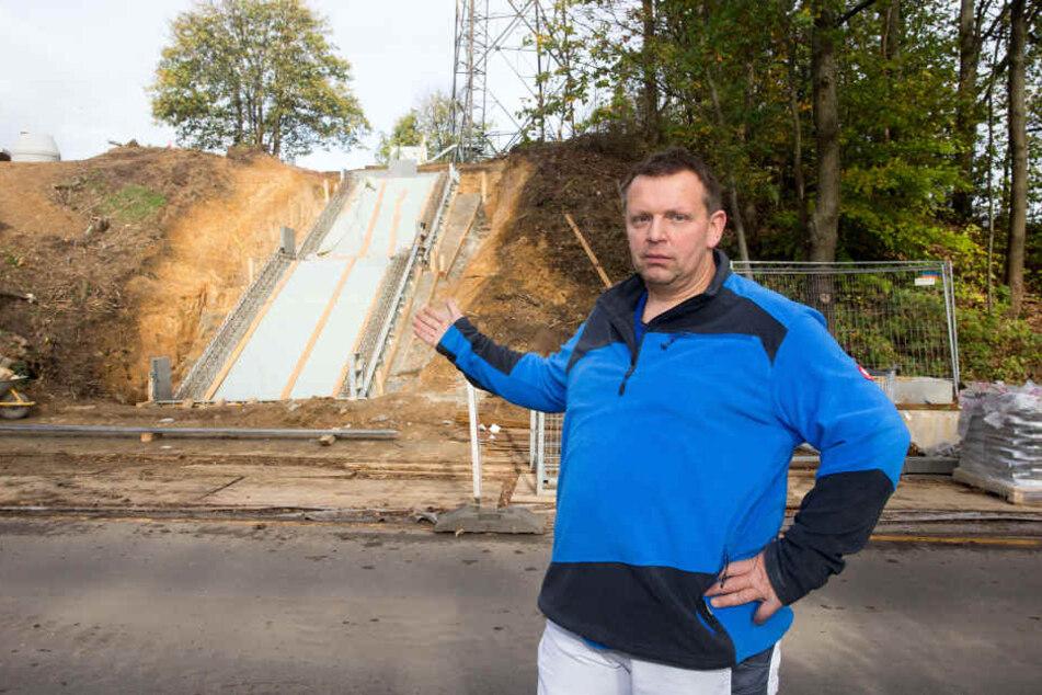 Sieht aus wie eine Sprungschanze, ist aber die Treppe zum Haltepunkt Wittgensdorf. Unmöglich zu erklimmen für Behinderte, findet Kai Tietze (52, Linke)